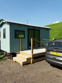Luxury one bedroom shepherds hut with ensuite shower room. Kitchen decking, idyllic . To let
