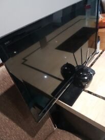 """Samsung 32"""" LCD HD READY WITH CABLES AERIAL ORIGINAL STAND AND WIRES."""