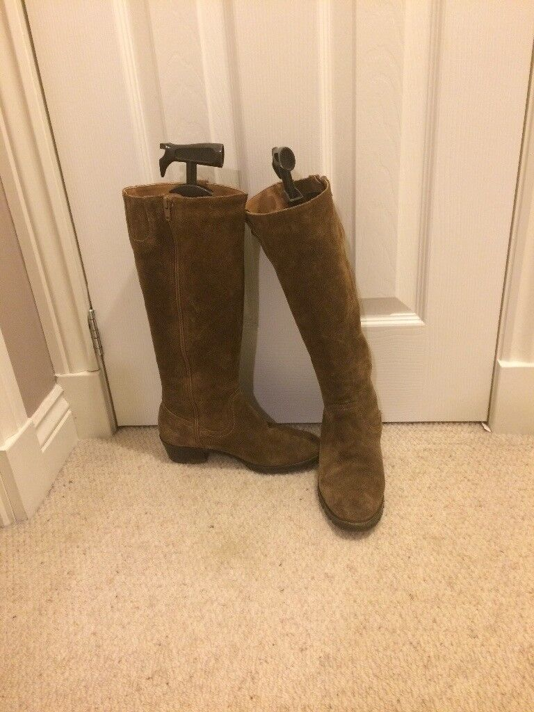 Tan brown ladies boots. Size 5.