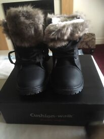 Ladies/girls fur lined boots size 4