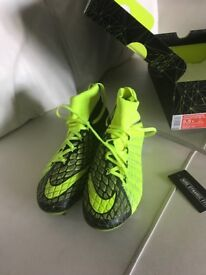 NIKE JR HYPERVENOM UK SIZE 5 -yellow & BLACK .limited edition . WORN ONCE , unsuitable gift