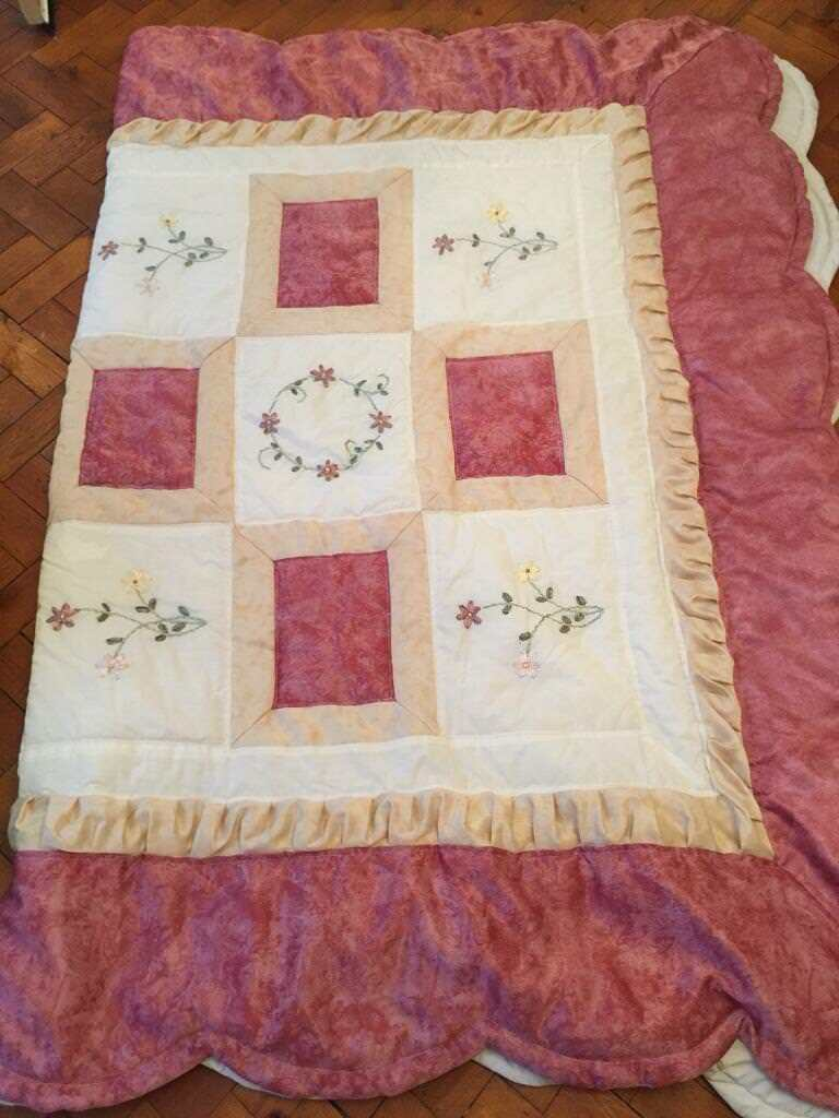 Pretty quilted double bed throw - excellent condition