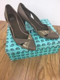 Women's Bertie size 39 (6)neutral beige/grey court shoes