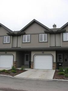 3 BEDROOMS & 2 BATHROOMS TOWNHOUSE IN WILLOWGROVE AREA !