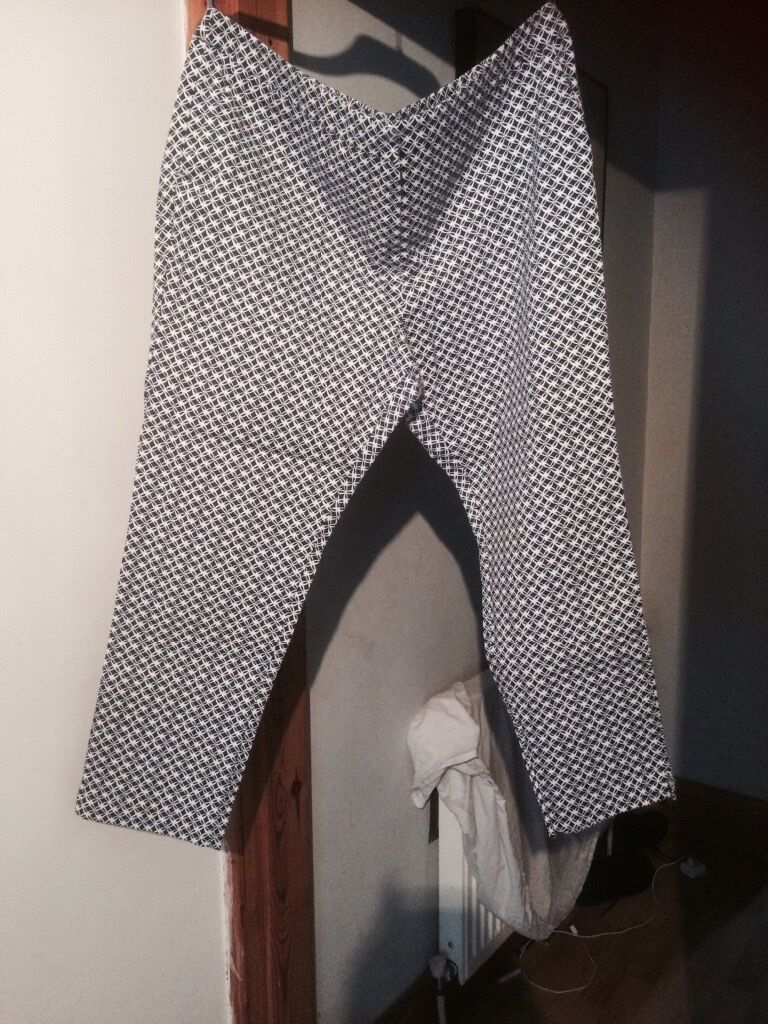 BEAUTIFUL PAIR OF SIZE 18 BLUE/WHITE PRINT JEAN STYLE PANTS