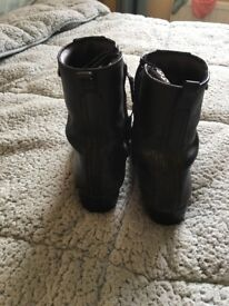 ADIES LEATHER WATER PROOF MOTORBIKE BOOTS £10.00 IN GOOD CONDITION