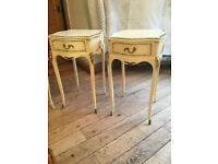 ANELEGANT PAIR OF FRENCH LOUIE STYLE BEDSIDE DRAWERS SET ON CABRIOLLE LEGS