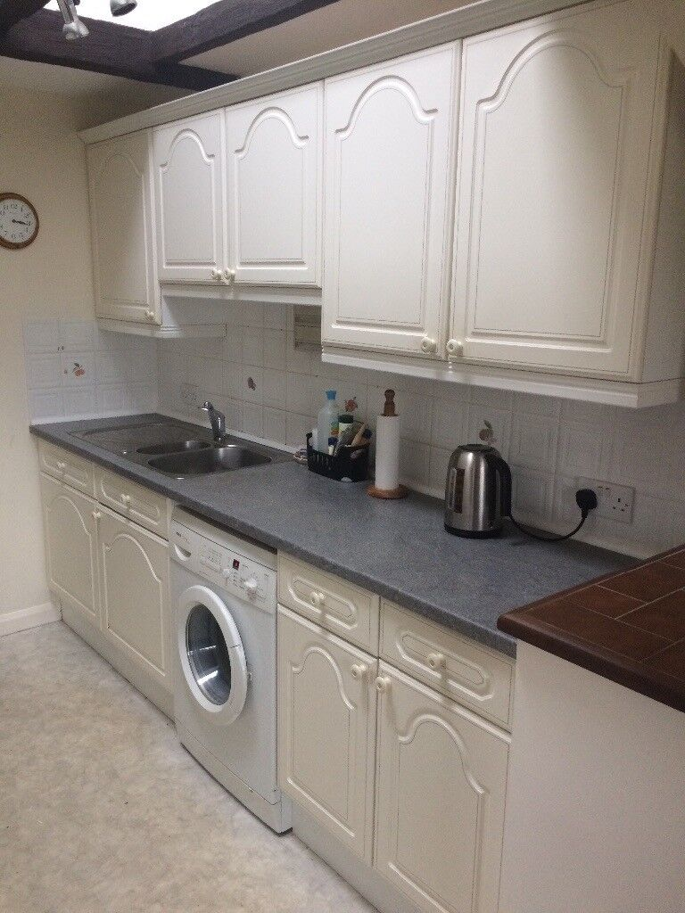 Fitted kitchen cabinets, work surface, sink/mixer tap, oven, gas hob