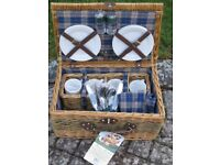 PICNIC BASKET WITH 4 PLACE SETTINGS NEW NEVER USED