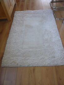 100% white woollen rug