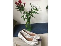 CLARKS UK 4 1/2 D ACTIVE AIR CREAM LEATHER LOW HEEL SLIP ON SHOES