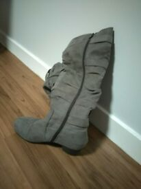 Fancy and fashionable low heel boots, size EU 38. They're very nice and in a good condition
