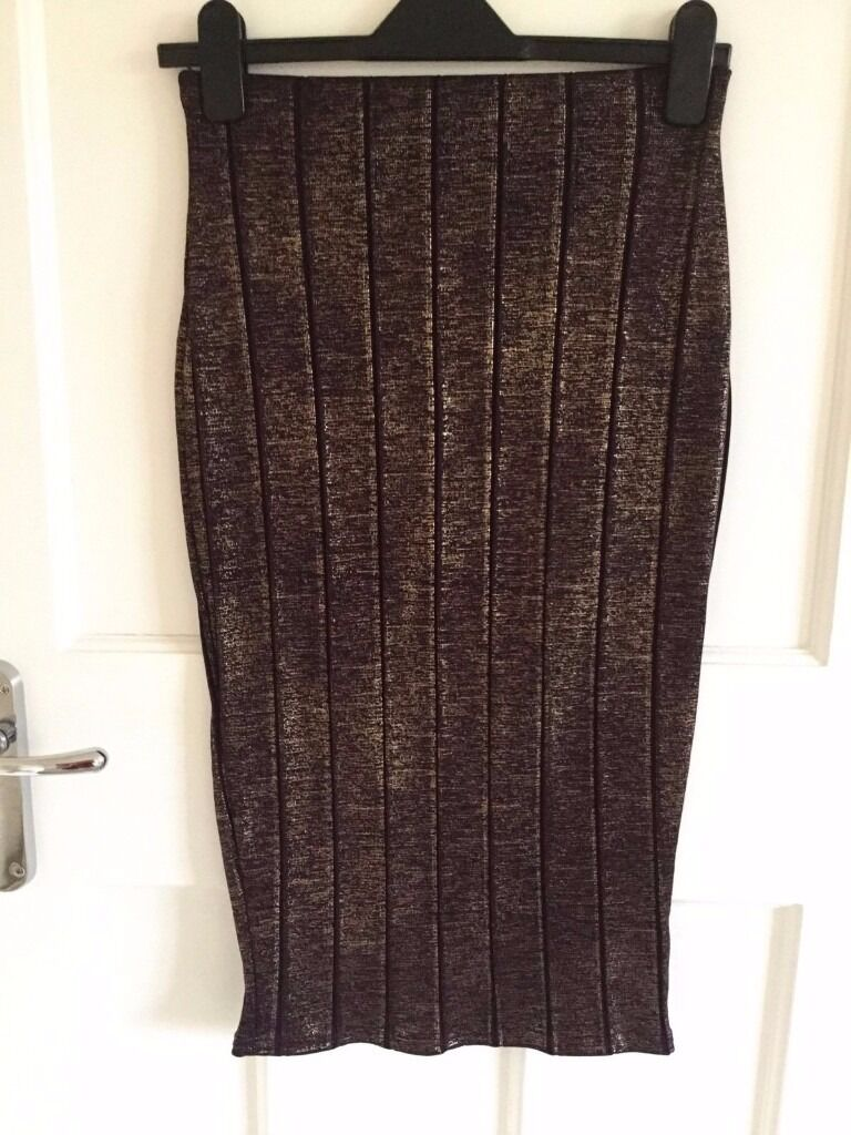 Boohoo Metallic Gold Cherry Bodycon Skirt Size 10in Yelverton, DevonGumtree - Boohoo Metallic Gold Cherry Bodycon Skirt Size 10 A lovely midi bodycon skirt bought online from Boohoo. It is a cherry colour with a metallic gold finish, size 10. Length goes to a couple of inches below the knee. Perfect condition as only worn a...