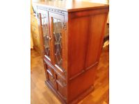 OLD CHARM SOLID OAK CUPBOARD WITH LEADED GLASS DOORS ON TOP 2 DRAWS IN BOTTOM CUPBOARD 45INCH TALL