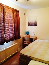 LOVELY BRIGHT SINGLE ROOM , 8 MNTS EAST INDIA DLR, 5 MNTS CANNING TOWN, CANARY WHARF, SPANISH SPOKEN