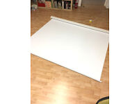 Electronic/motorised projector screen