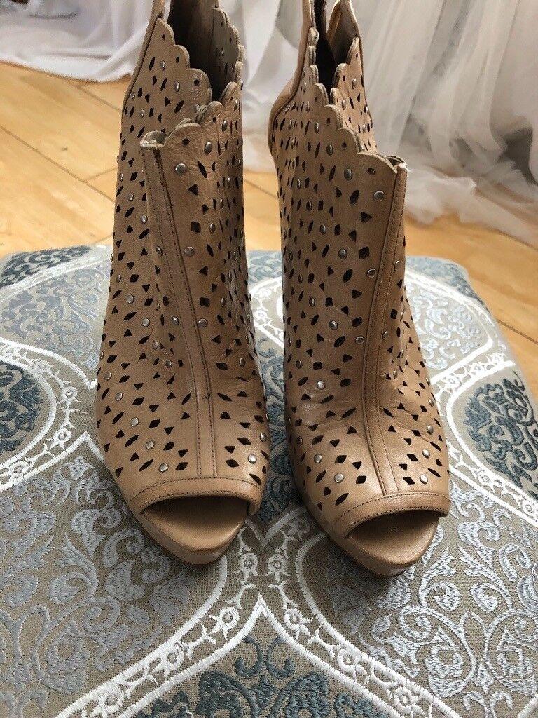 Booties/ high heels/ nude/