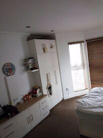 En-suite king size double room 1 minute from Charlton train station