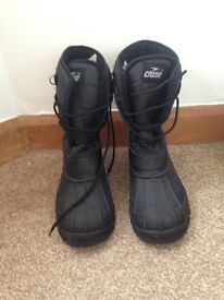 Mens size 11 black lace up snow-boots. boots. Insulated with protected toes.