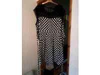 SIZE 26/28 BLACK/WHITE PRINT SLEEVELESS DRESS WITH ATTACHED BELT