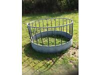 Round bale hay feeder