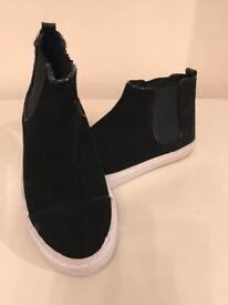 Black casual flat boot
