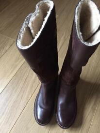Pair of ladies brown ugg boots size 6 . (39)