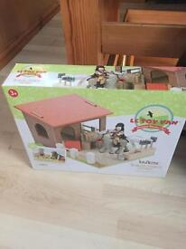LE VAN TOY STABLES NEW GOING FOR £35 online