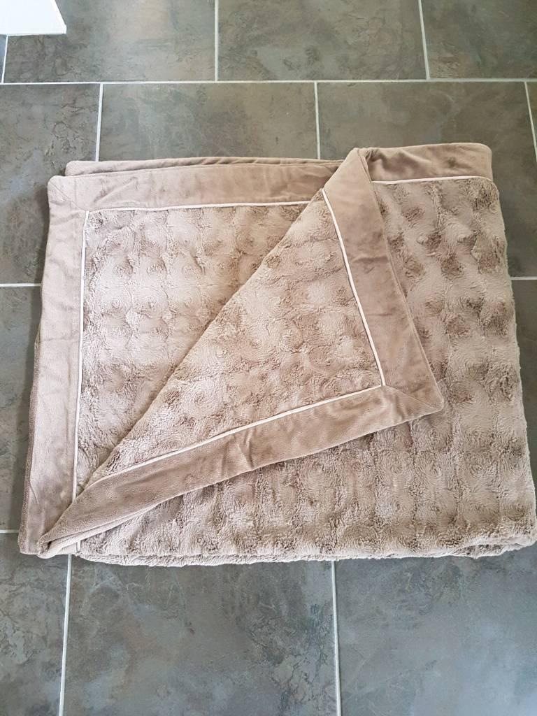 Costco Plush Blanket/Throw excellent condition