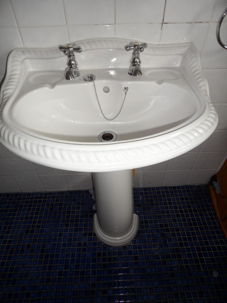 Corner 4 piece bathroom suite buy sale and trade ads for Bathroom 3 piece suite