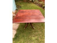 Beautiful antique mahogany dining table (1830s) and 6 chairs
