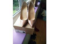 Decollete nude patent Christian Louboutin size 5 court shoes