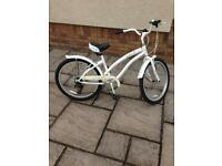 Girls cruiser bike. Suit 7-12 year old.