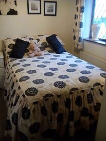 3/4 fitted bedspread and curtains