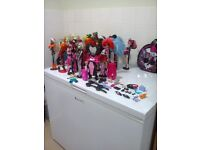 24 monster high dolls on stand with accessories and a bag