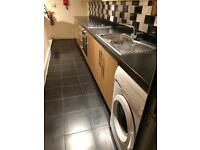 Clean Double Ensuite room near Westfield shopping centre.free WiFi