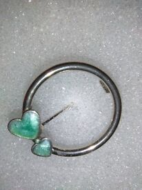 LADIES SMALL SILVER PLATED BROOCH, INLAID WITH, ENAMEL IN THE DOUBLE HEARTS,