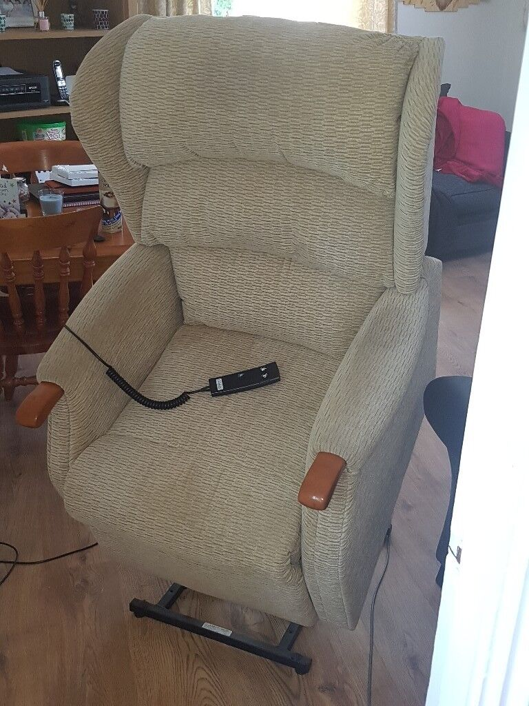 Cream Electric Celebrity Recliner Chair Will Lay You Back