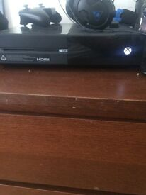 Xbox one 500gb hardly used has minecraft story and 1 controller looking