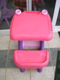 CHILDS PLASTIC SEATED ACTIVITY DESK. INCLUDING PEN HOLDERS / PAINT POTS. SUITABLE IN OR OUTDOORS.