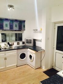 Excellent clean rooms availble in upper shirley. Large/medium/small