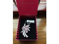 BROOCH SILVER & PINK FLOWERS FROM JON RICHARDS (NEW & BOXED) RRP £15.00
