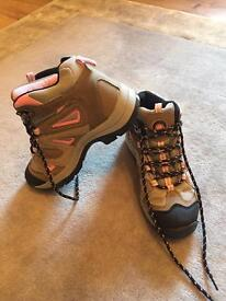 Woman's mountain / walking boots