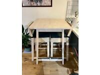 Bar table and 2 bar stools, great condition, barely used.