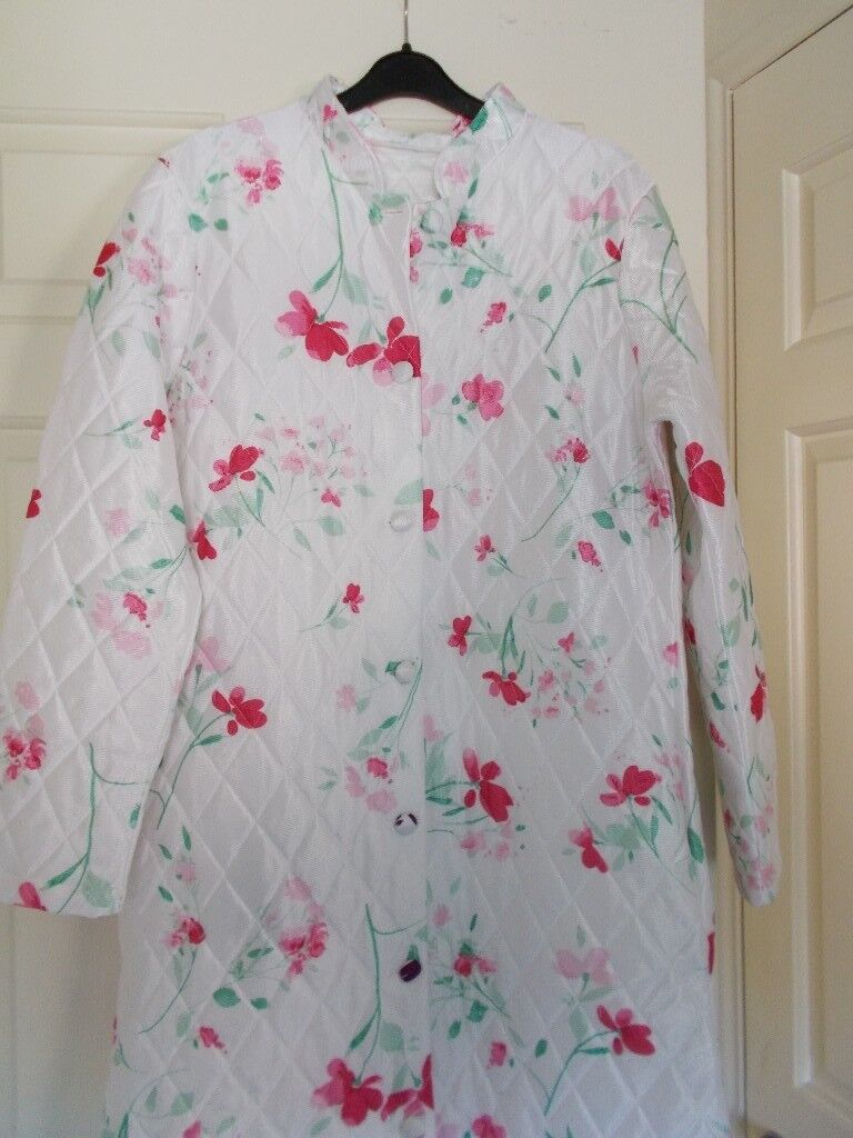 LADIES WHITEPINK BUTTON FRONT QUILTED HOUSECOAT NEW SIZE 10in Wishaw, North Lanarkshire - Ladies new quilted , satin print housecoat , size 10 white background with cerise pink and light pink flowers , button front , no tags but never been worn