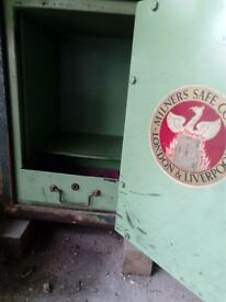 Antique Minner Safe in working order with key