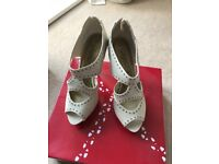 BRAND NEW Ladies cream size 5 high heel platform shoe with stud detail