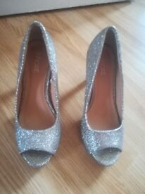 Occasion silver glittery open shoes size 4/37