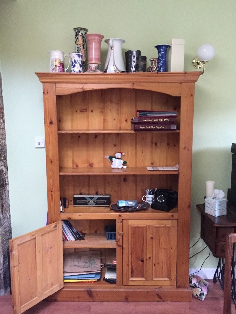 Bookcase for salein Kilbarchan, RenfrewshireGumtree - Bookcase very good condition have to sell as to big for house as we have had some work done to house it is width 122cm height 183cm depth 33cm comes from smoke free house