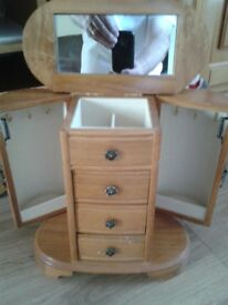 BEAUTIFUL WOODEN JEWELLERY BOX WITH LOTS OF COMPARTMENTS, VGC